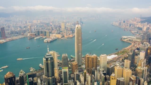 vídeos y material grabado en eventos de stock de hyperlapse vista aérea del tráfico del centro de la ciudad en el puerto de victoria en hong kong china - pico victoria