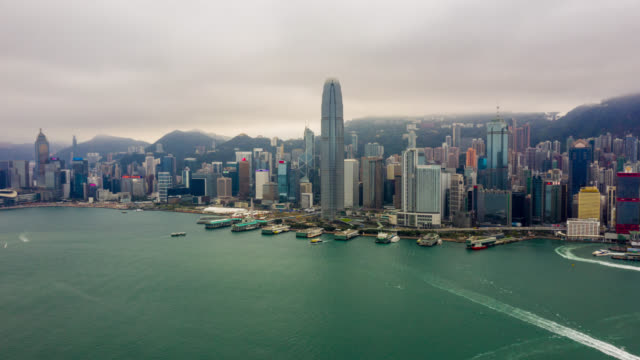hyperlapse luftaufnahme des stadtbildes in der innenstadt im hafen von victoria bei hong kong china - dschunke stock-videos und b-roll-filmmaterial