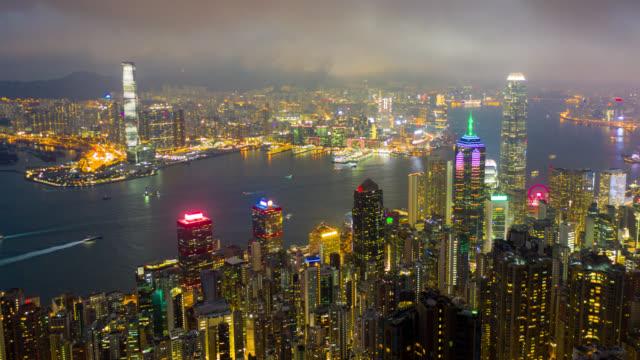 hyperlapse luftaufnahme des stadtbildes innenstadtverkehr in victoria hafen in hong kong china in der nacht - berg victoria peak stock-videos und b-roll-filmmaterial