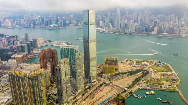 hyperlapse luftbild des stadtbildes innenstadtverkehr im victoria hafen in hong kong china - dschunke stock-videos und b-roll-filmmaterial