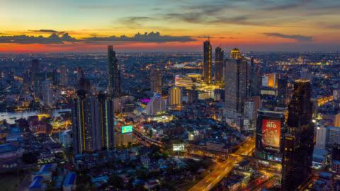 hyperlapse flyg bild av bangkok landmärke finansiella affärs distrikt med sky skrapa över chao phraya river i bangkok thailand i solnedgången - bangkok bildbanksvideor och videomaterial från bakom kulisserna