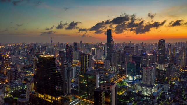 日の出にバンコク市タイの超高層ビルとバンコクランドマーク金融ビジネス街のハイパーラプス空中写真 - bangkok点の映像素材/bロール