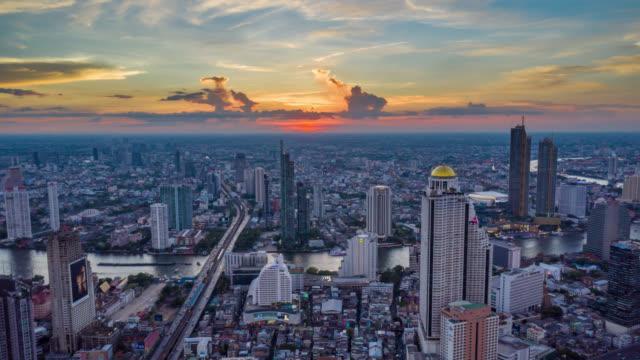 vídeos y material grabado en eventos de stock de vista aérea de hyperlapse del emblemático distrito financiero de bangkok con rascacielos sobre el río chao phraya en bangkok tailandia al atardecer - bangkok