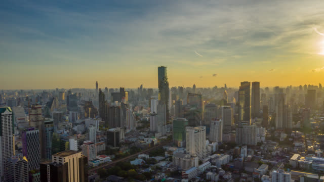 日の出時にバンコクタイのチャオプラヤ川の上に超高層ビルを持つバンコクのランドマーク金融ビジネス地区のハイパーラプス空中写真 - bangkok点の映像素材/bロール