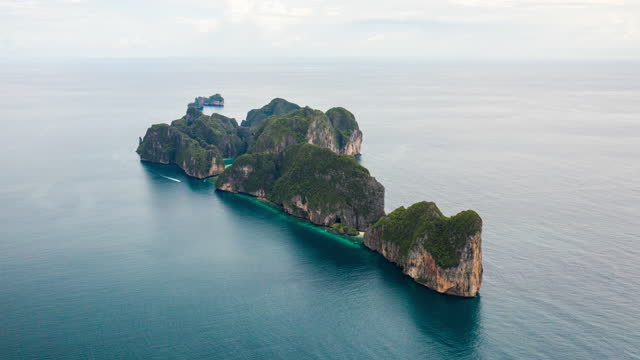 hyperlapse aerial view phi phi le, phi phi islands, thailand - phi phi le stock videos & royalty-free footage