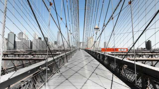 hyperlapse along brooklyn bridge noir effect - brücke stock-videos und b-roll-filmmaterial