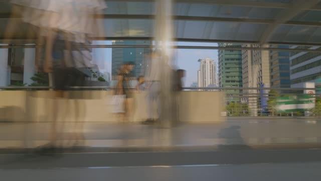 vídeos de stock, filmes e b-roll de hyperlapse e exposição longa, borradas a multidão na estação de trem central de banguecoque. - long exposure