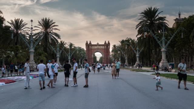 vídeos de stock, filmes e b-roll de hyperlapse arco del triunfo barcelona arco de triunph - arco característica arquitetônica