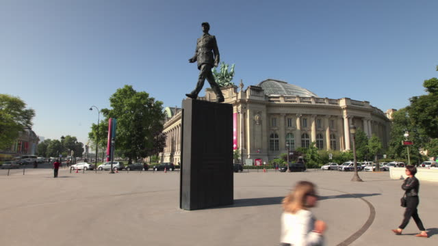 tl hyperlapse around charles de gaulle statue - charles de gaulle stock videos & royalty-free footage