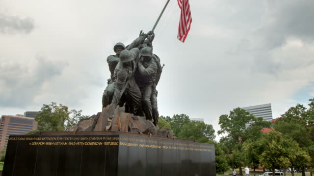hyperlapse around iwo jima memorial zoom - figura maschile video stock e b–roll