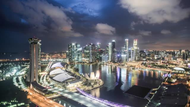 vídeos de stock, filmes e b-roll de t/l hyperlapse, day to night, singapore skyline - plano geral ponto de vista