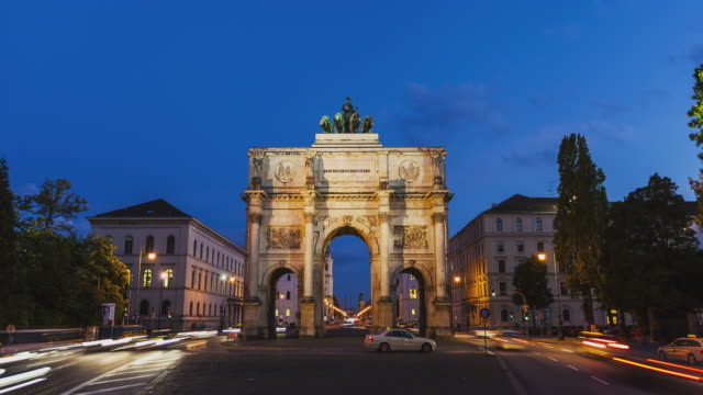 T/L Hyperlapse day to night transition at Munich's famous landmark Siegestor