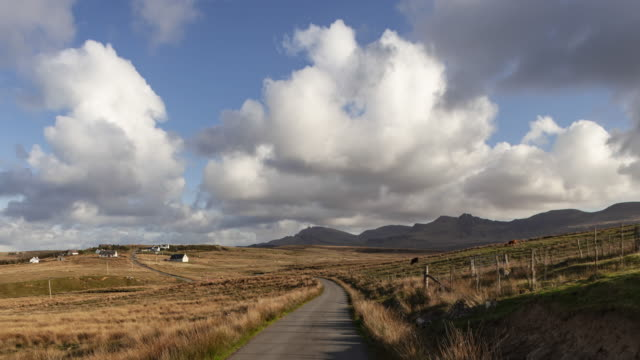 vídeos de stock, filmes e b-roll de hyperlapse t/l pov driving on isle of skye with high speed moving clouds - plano geral ponto de vista