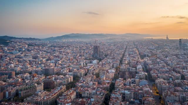 hyperlapse drone 4k video of barcelona cityscape and sagrada fimiliar - barcelona spanien stock-videos und b-roll-filmmaterial
