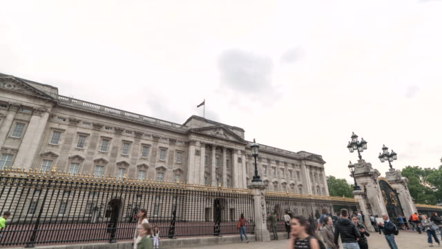 vídeos de stock e filmes b-roll de hyperlapse left to right: grand buckingham palace on a cloudy day - realeza