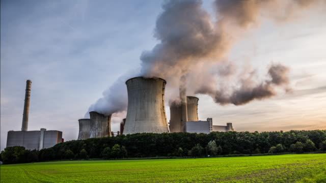 Hyperlapse van een kolen gestookte elektriciteitscentrale