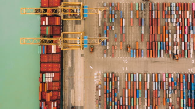 stockvideo's en b-roll-footage met hyperlapse van vliegtuig vliegen over containerhaven. - haven