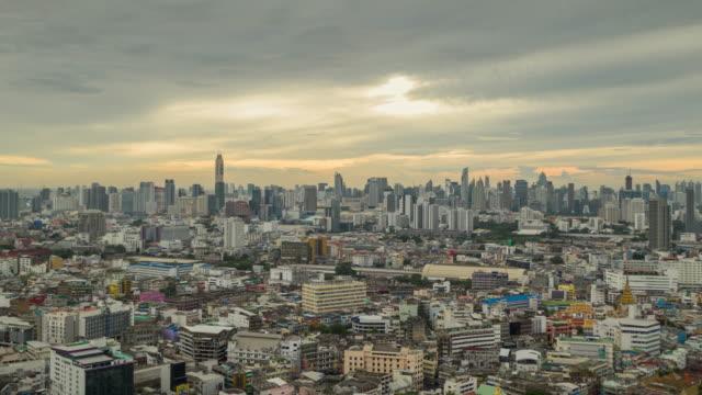 vídeos de stock, filmes e b-roll de hyperlapse da arquitectura da cidade de banguecoque e da paisagem do rio de chao phraya no tempo do dia - mais zoom