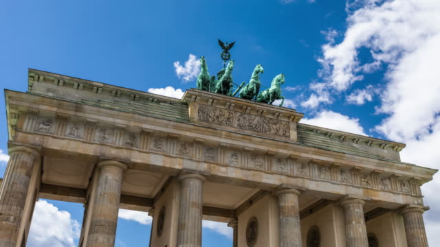 vídeos de stock e filmes b-roll de hyperlapse of brandenburger gate in berlin - berlim