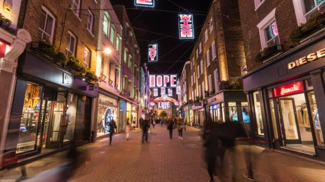 vídeos de stock, filmes e b-roll de london: hyperlapse of carnaby street with christmast light - câmera em movimento
