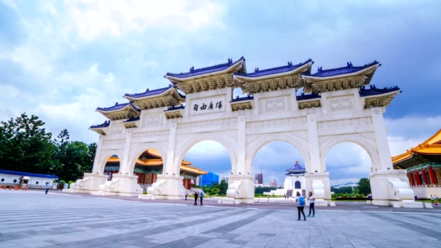 hyperlapse von chiang kai shek (cks) memorial hall in taipeh - demokratie stock-videos und b-roll-filmmaterial