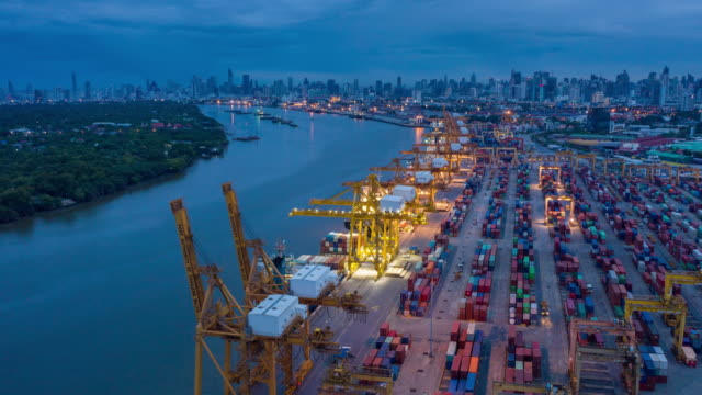 hyperlapse von kommerziellen containerhafen in der nacht zu tag zeit - box container stock-videos und b-roll-filmmaterial