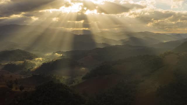 vídeos y material grabado en eventos de stock de hiperlapso de dios luz con paisaje de montaña - televisión de ultra alta definición