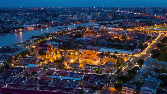 vídeos de stock e filmes b-roll de hyperlapse of grand palace in dusk to night - cultura tailandesa