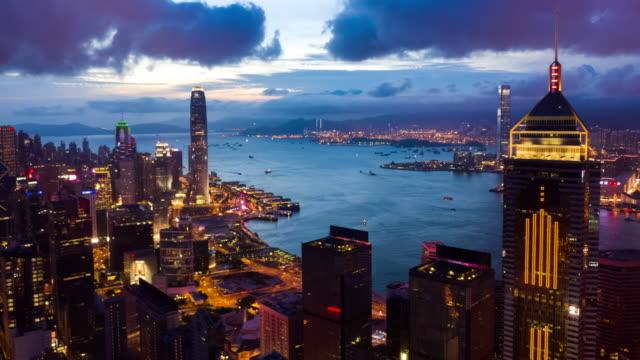 iperlapsia del grattacielo di hong kong e del paesaggio urbano con colpo inclinato verso l'alto - skyscraper video stock e b–roll