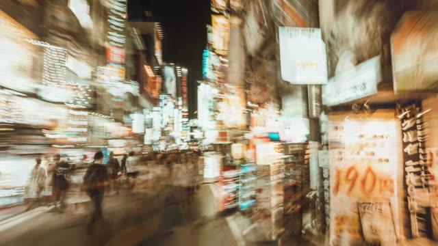 vidéos et rushes de hyperlapse de kabukicho à shinjuku tokyo. japon - panneau commercial