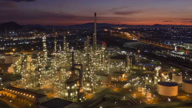 vídeos de stock e filmes b-roll de hyperlapse of oil and gas industry petroleum refinery in twilight time - gases