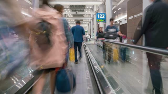 vidéos et rushes de hyperlapse de personnes marchant dans la ville de séoul soignée aéroport international d'incheon, corée du sud - bordure