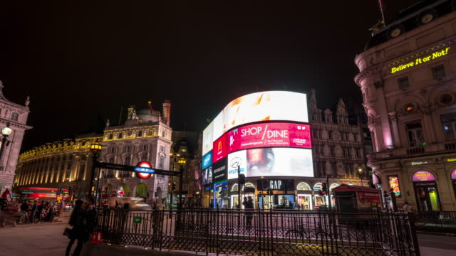 vídeos de stock e filmes b-roll de hyperlapse of piccadilly circus in london at night - billboard