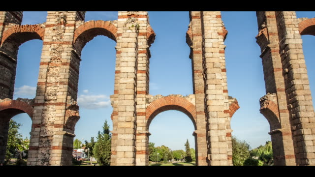 hyperlapse  of roman aqueduct - arco architettura video stock e b–roll