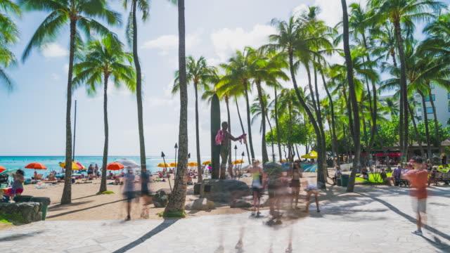hyperlapse of the duke kahanamoku statue in waikiki, honolulu, oahu, hawaii - hawaii islands stock videos & royalty-free footage