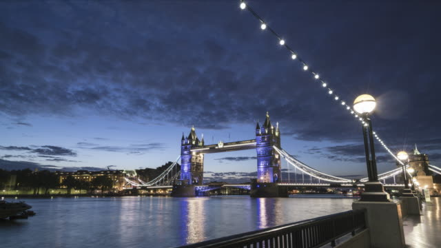 vídeos de stock, filmes e b-roll de hyperlapse of the tower bridge in london at sunrise - drawbridge