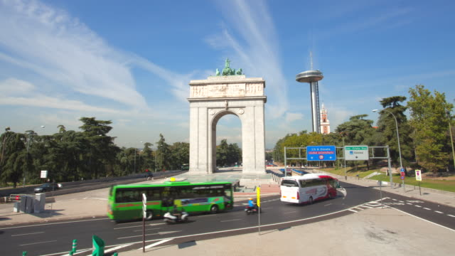 hyperlapse of traffic, classic monument and modern monument - silvestre stock videos & royalty-free footage