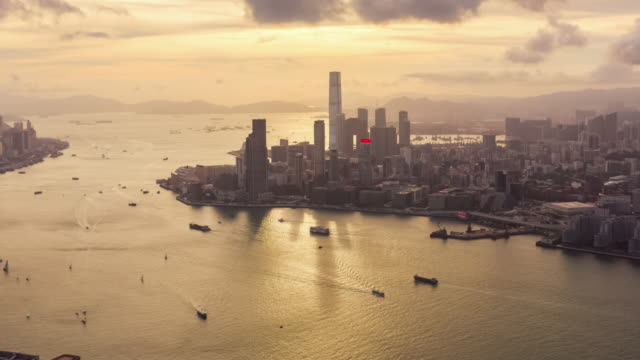 hyperlapse von victoria hafen und hong kong urban skyline bei sonnenuntergang - high dynamic range imaging stock-videos und b-roll-filmmaterial