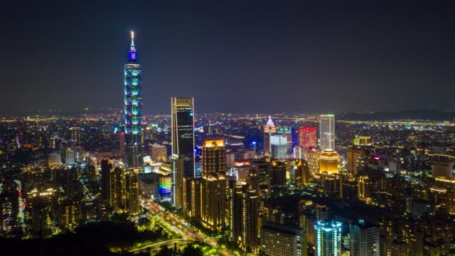 vidéos et rushes de hyperlapse ou dronelapse vue aérienne du quartier des affaires dans la ville de taipei, taiwan la nuit - taiwan