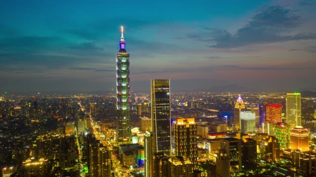 vídeos de stock, filmes e b-roll de visão aérea hyperlapse ou dronelapse do distrito comercial na cidade de taipei, taiwan à noite - taipei