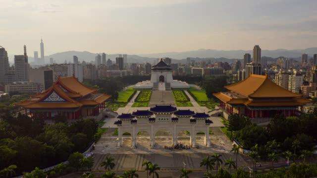 Hyperlapse of Dronelapse luchtfoto van Chiang Kai-shek Memorial Hall in Zhongzheng district, Taipei, Taiwan