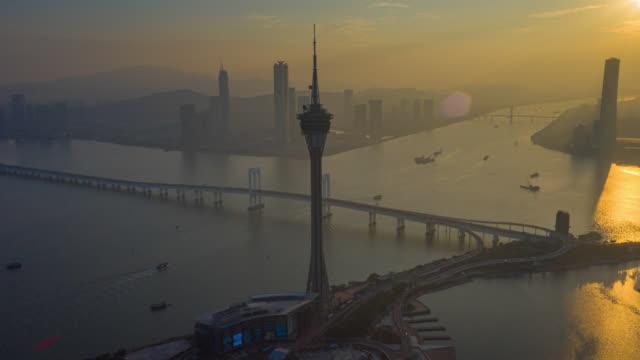 hyperlapse oder dronelapse luftaufnahme von macau cityscape und wolkenkratzer in macau stadt in der nähe von hong kong island, china bei sonnenuntergang - macao stock-videos und b-roll-filmmaterial