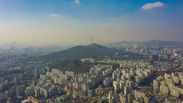 高速道路上の車両と橋の交差点でソウルのダウンタウンの都市のスカイラインのハイパーラプスまたはドローンラプス航空写真は、ソウル市、韓国の漢江に架かる。 - 朝鮮半島点の映像素材/bロール