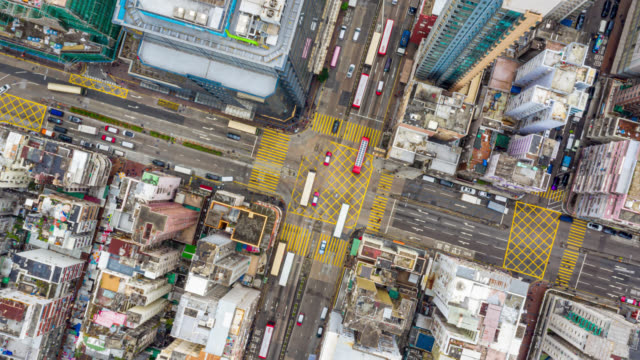 stockvideo's en b-roll-footage met hyperlapse of dronelapse luchtfoto van het verkeer van auto en overvolle ai sham shui po district in hong kong stad - hongkong