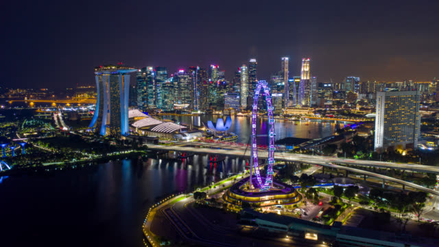 Hyperlapse of Dronelapse scene van Singapore business district Downtown 's nachts