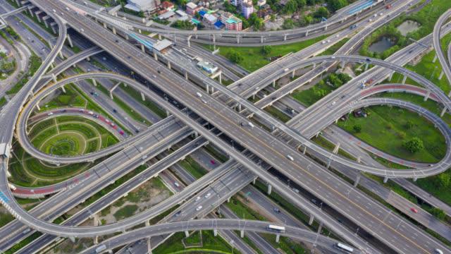hyperlapse oder dronelapse top-view-kreisverkehr kreuzung einer stadt - republik singapur stock-videos und b-roll-filmmaterial