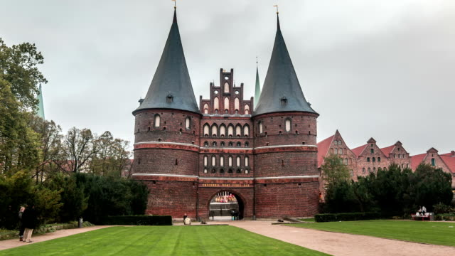 hyperlapse sequence of the holsten gate in luebeck - lübeck stock-videos und b-roll-filmmaterial