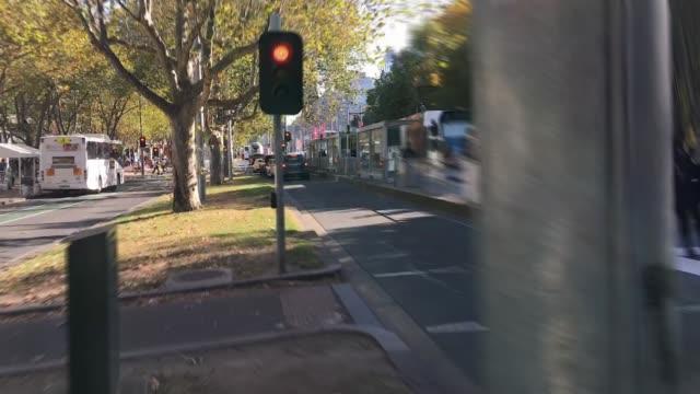 vídeos de stock e filmes b-roll de hyperlapse shot of traffic congestion trying to reach the cbd of melbourne - linha do elétrico