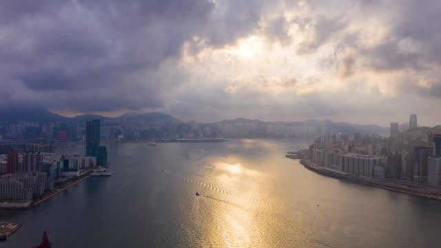 4k hyperlapse : sunrise aerial view skyscrapers fliegen per drohne von hong kong city mit entwicklungsgebäuden, transport, energie-energie-infrastruktur. finanz- und geschäftszentrum asien - insel hong kong island stock-videos und b-roll-filmmaterial