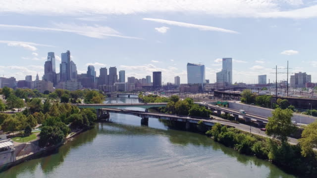 hyperlapse. the scenic panoramic view on philadelphia museum of arts and downtown from the schuylkill rowing basin and fairmont dam. drone aerial video. - philadelphia pennsylvania video stock e b–roll